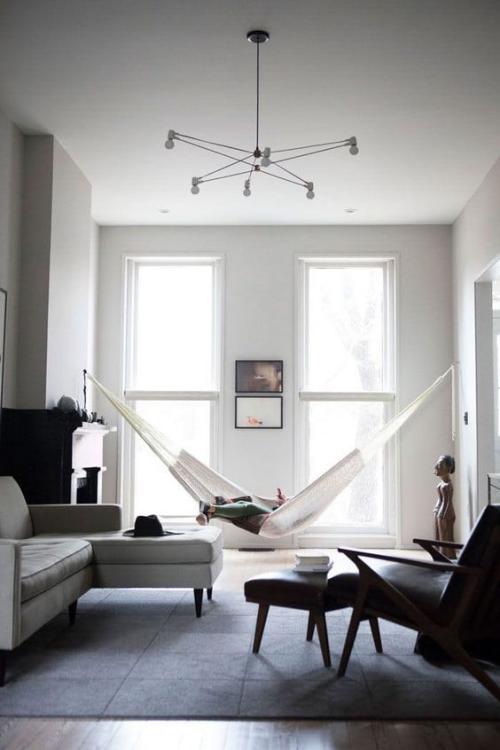 Minimalismus im Wohnzimmer perfektes Raumdesign Hängematte Ruhe Gelassenheit reduzierte Einrichtung Dekoration