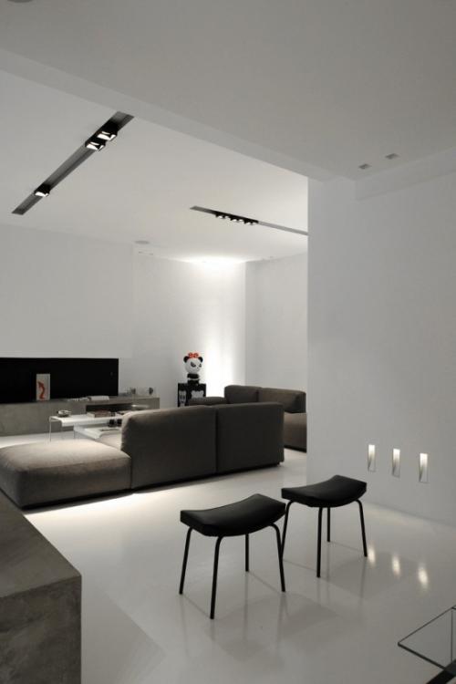 Minimalismus im Wohnzimmer perfektes Raumdesign eingebaute Lichter typische Raumbeleuchtung