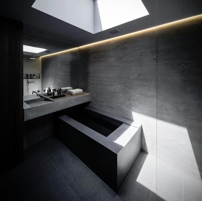 Minimalistisches Haus aus Stein und Beton in Japan Minimalismus pur im Inneren Badezimmer ultra-minimalistisch Badewanne aus Beton eingebaute LED Lichter