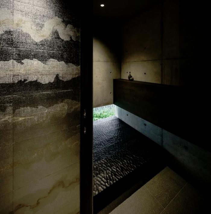 Minimalistisches Haus aus Stein und Beton in Japan Minimalismus pur im Inneren Duschraum als Spa-bereich Natursteinplatten ausgefallene Fliesen dunkles Holz