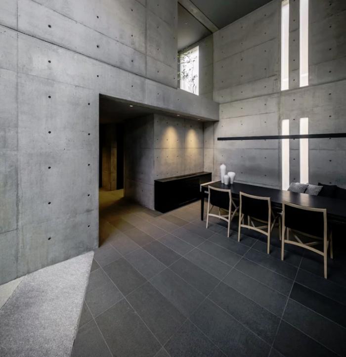 Minimalistisches Haus aus Stein und Beton in Japan Minimalismus pur im Inneren Esszimmer weiter Raum schichte Möbel Tageslicht