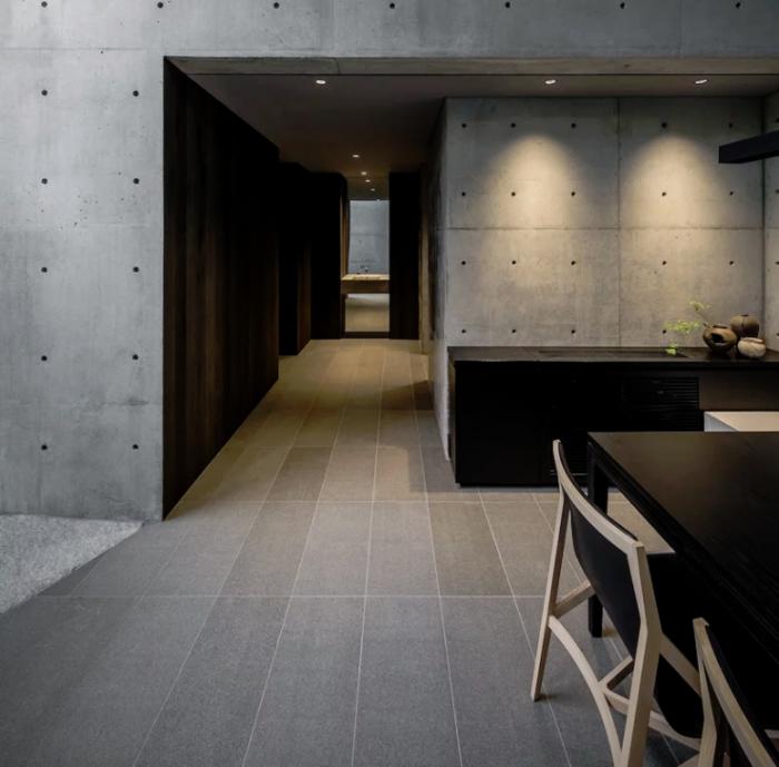 Minimalistisches Haus aus Stein und Beton in Japan Minimalismus pur im Inneren gut durchdachte Beleuchtung akzentuiert bestimmte Flächen