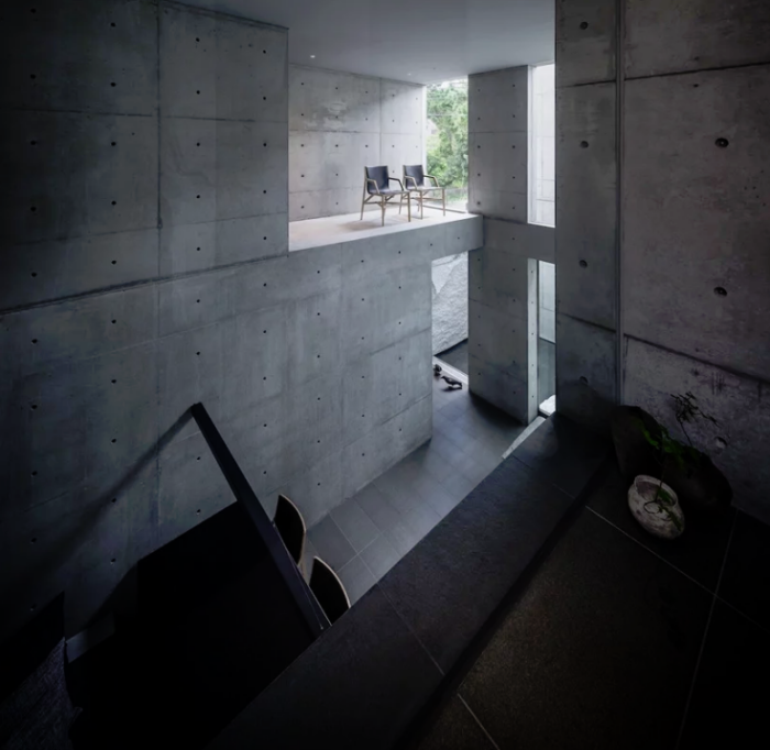Minimalistisches Haus aus Stein und Beton in Japan Minimalismus pur im Inneren weiter Raum Betonwelt Tageslicht Pflanzengrün als Akzent