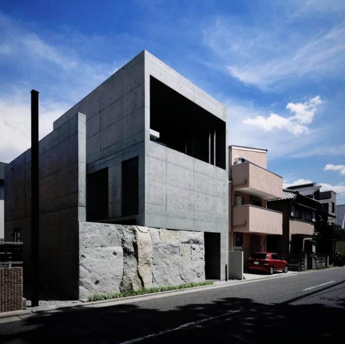 Minimalistisches Haus aus Stein und Beton in Japan auffälliges schlichtes Design zweistöckig Grundlage aus Stein Baukonstruktion aus Beton