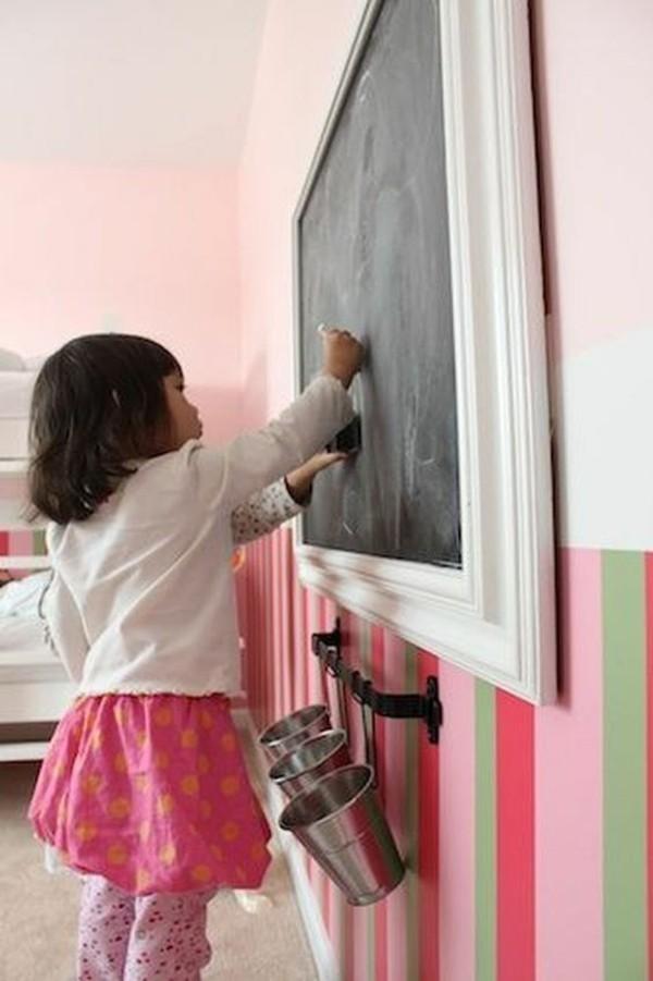 Wände streichen Kinderzimmer Kreidetafel Holzrahmen weiß Tafelfarbe