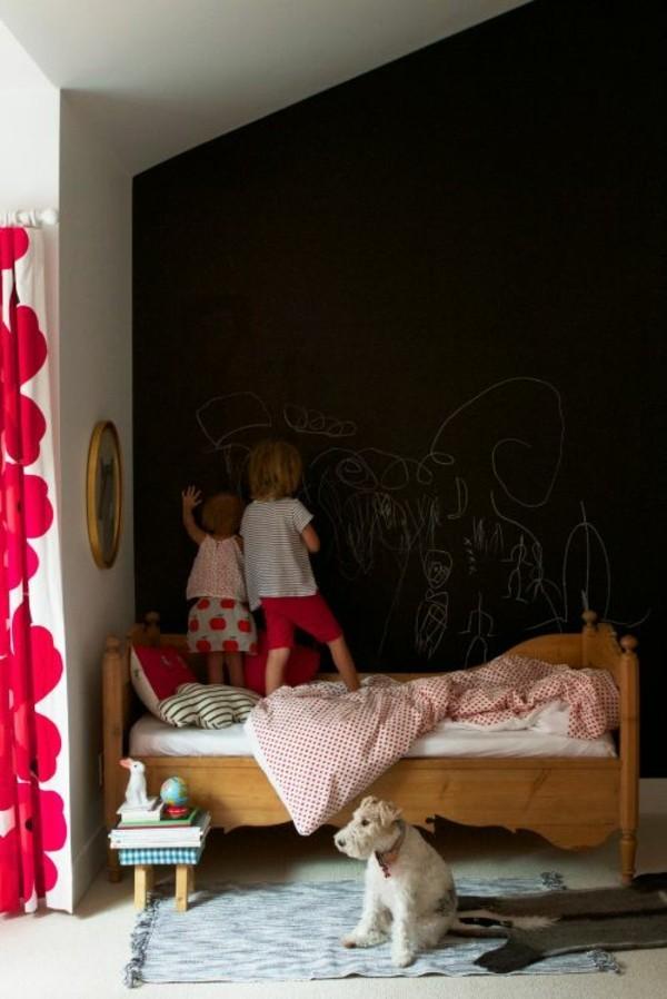 Wände streichen Tafelfarbe Kinderzimmer Bett Hund Akzentwand schwarz