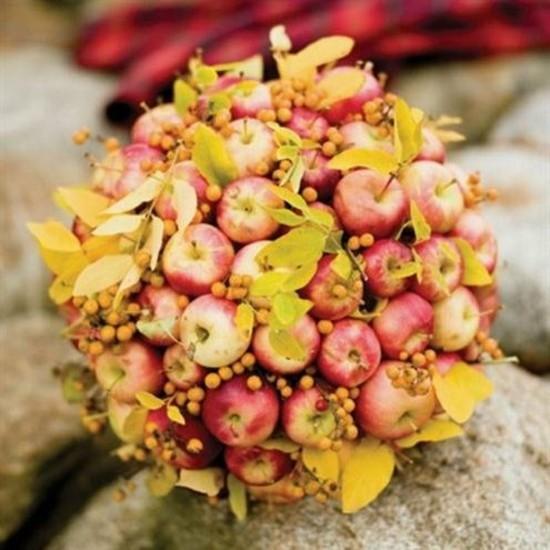 ausgefallene herbstgestecke idee mit äpfeln und beeren