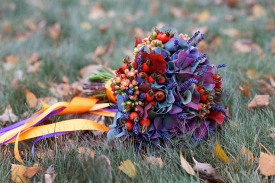 blaue hortensien hagebutten brautstrauß herbst