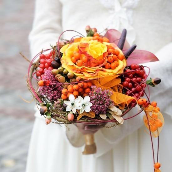 brautstrauß herbst mit beeren rosen und herbstblättern