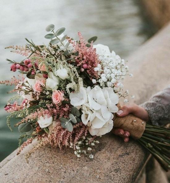 brautstrauß herbst mit heidekraut beeren und rosen