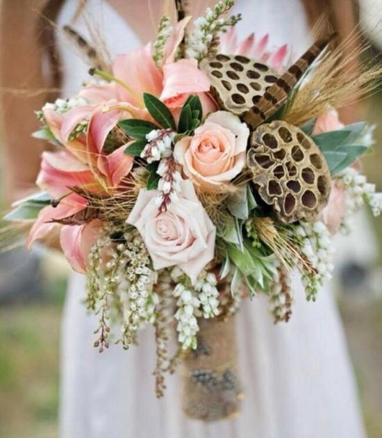 brautstrauß herbst mit herbstblumen und federn