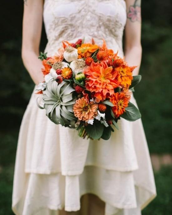 brautstrauß herbst mit luftpflanze und herbstblumen