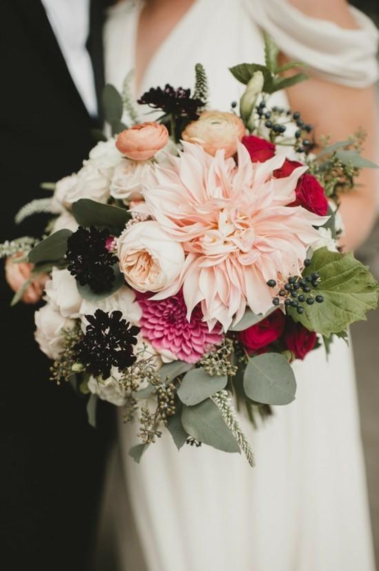 brautstrauß herbst mit rosen dahlien und chrysanthemen