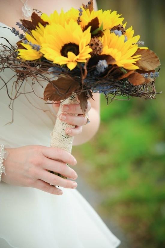 brautstrauß herbst mit sonnenblumen und herbstlaub