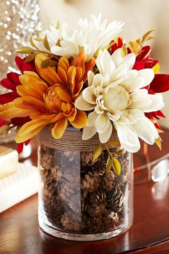 chrysanthemen mit zapfen herbstgestecke