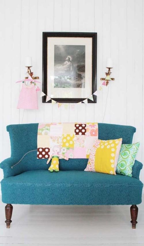 dunkelgrünes sofa mit kissen - Inneneinrichtung