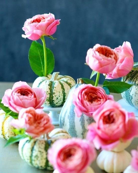 frische herbstgestecke mit rosen und kürbissen