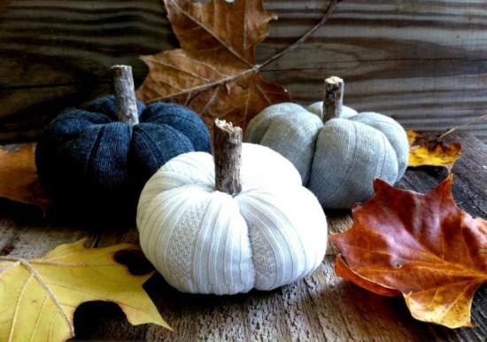 herbstdeko selber machen kürbisse aus alten pullovern