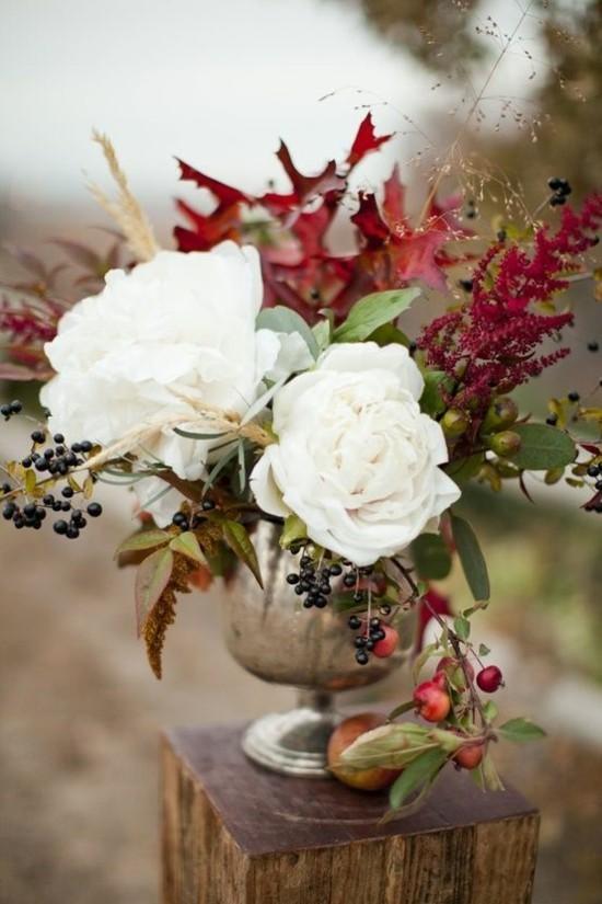 herbstgestecke hochzeitsdeko idee mit herbstblättern und weißen rosen
