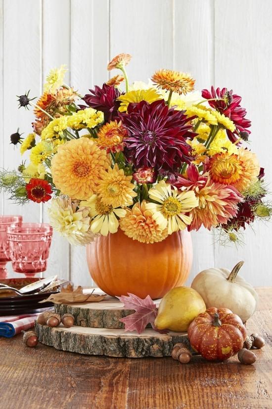 herbstgestecke mit baumscheiben kürbissen und chrysanthemen