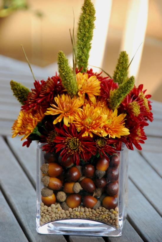 herbstgestecke mit chrysanthemen eicheln und linsen
