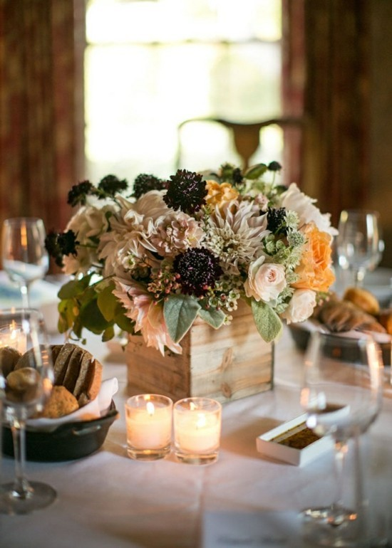 herbstgestecke mit rosen und chrysanthemen