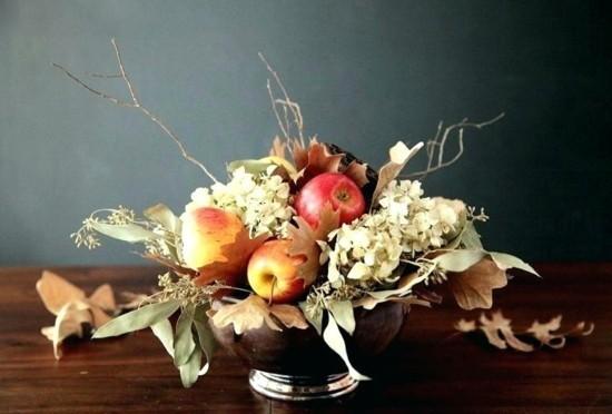 herbstgestecke mit trockenen blumen und äpfeln
