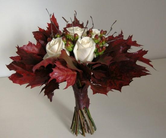 herbstlaub weiße rosen beeren brautstrauß herbst