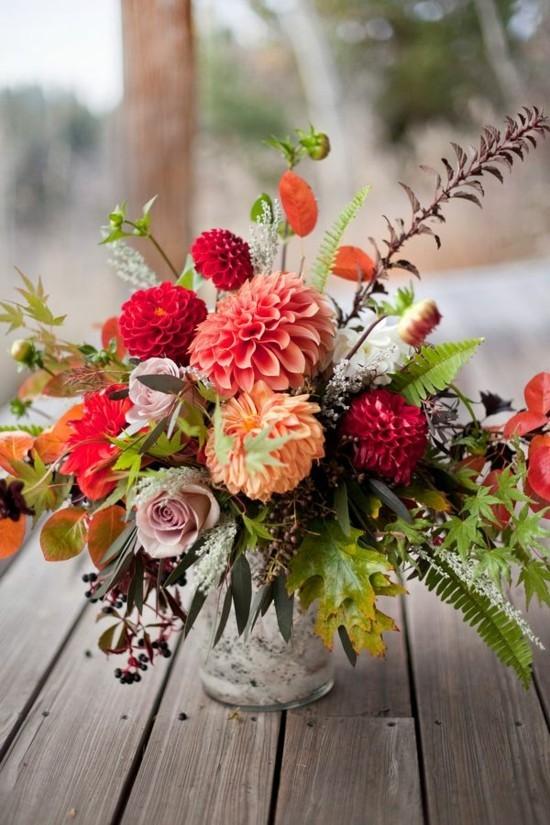 herrliche herbstgestecke mit chrysanthemen und herbstblätter