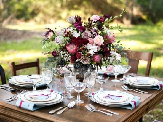 hochzeit herbstgestecke mit rosen beeren und eukalyptusblättern