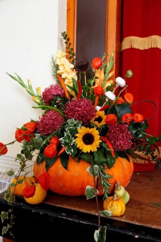 hochzeitsdeko herbstgestecke mit kürbis und herbstblumen
