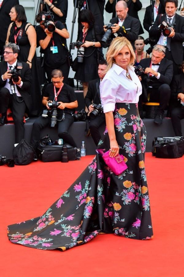 isabella ferrari super lanhges kleid mit mustern