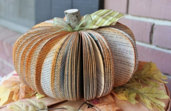 kürbis basteln aus alten büchern herbstdeko selber machen