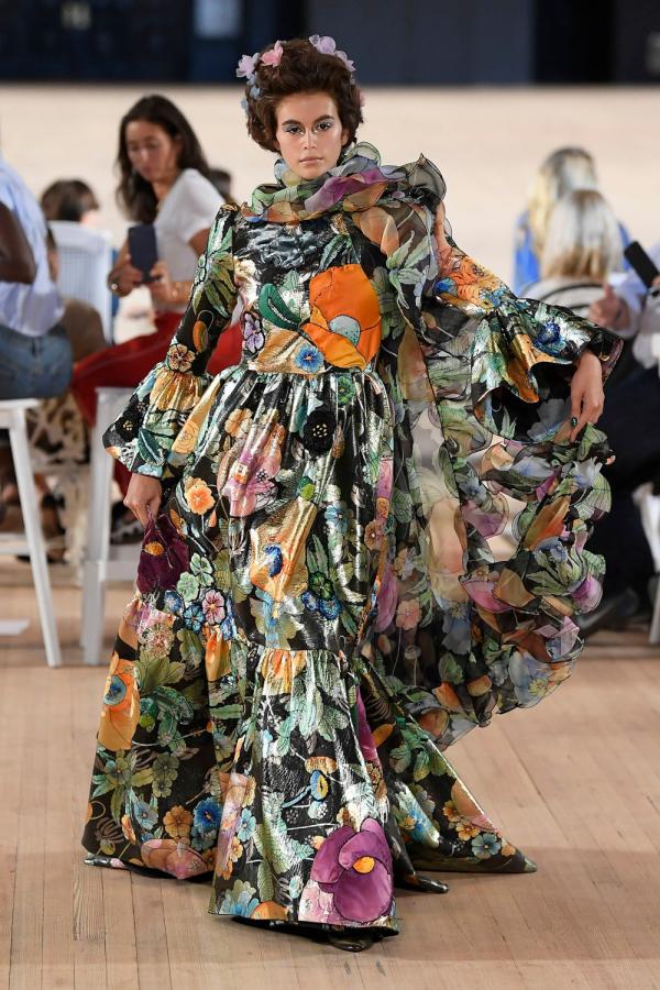 kleid mit blumen auf der new york fashion week