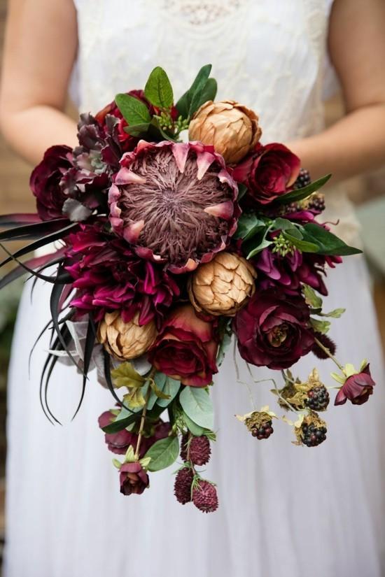 origieneller brautstrauß herbst mit herbstblumen und protea
