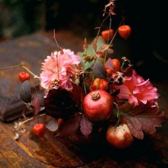 prächtige herbstgestecke idee mit herbstblumen und granatapfel