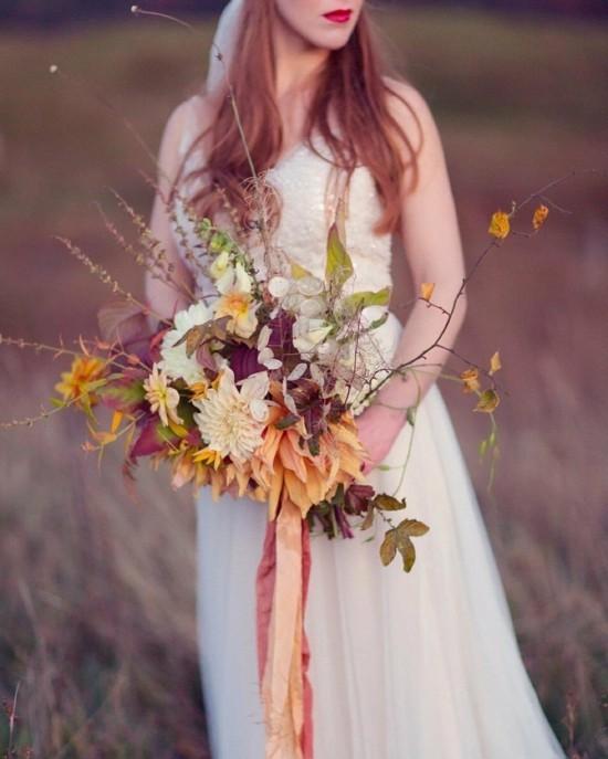 romantischer brautstrauß herbst mit herbstblumen
