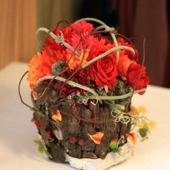 rote rosen baumrinde herbstgestecke als tischdeko