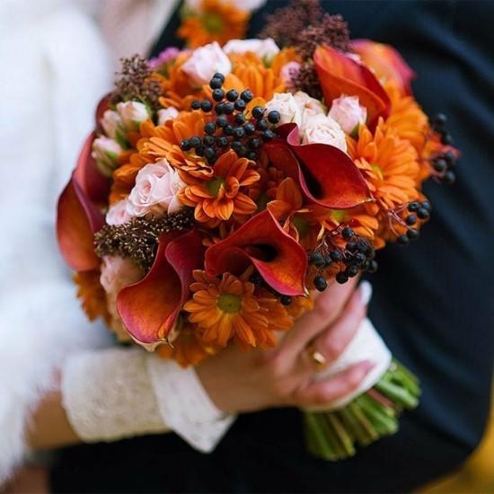 runder brautstrauß herbst mit calla holunder und chrysanthemen
