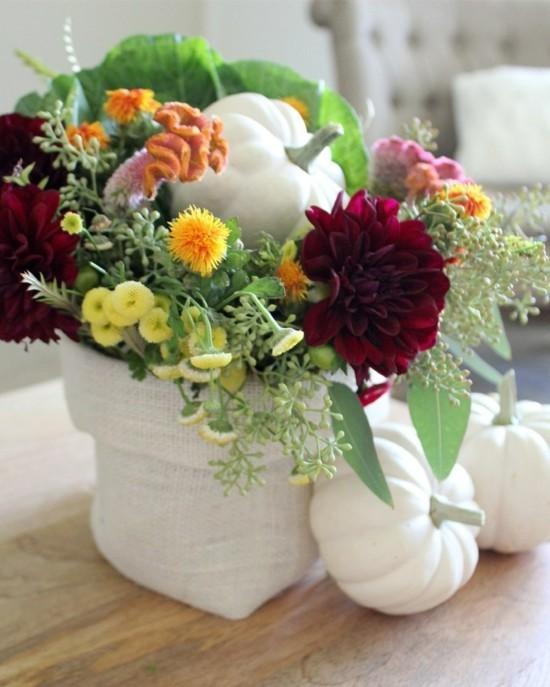 rustikale tischdeko mit weißen kürbissen und herbstblumen