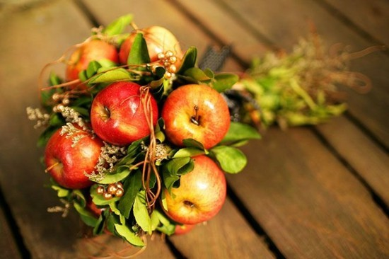 rustikaler brautstrauß herbst mit äpfeln