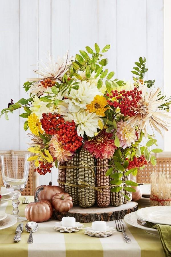 tischdeko mit mais und vergoldeten kurbissen - tolle tischdeko ideen