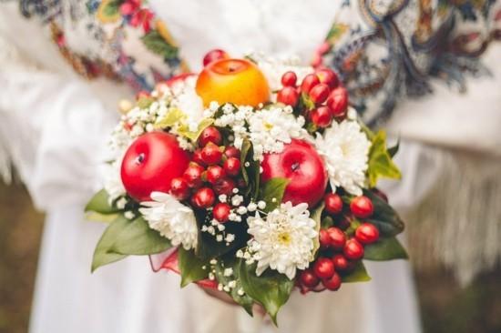 weiße chrysanthemen rote äpfel brautstrauß herbst