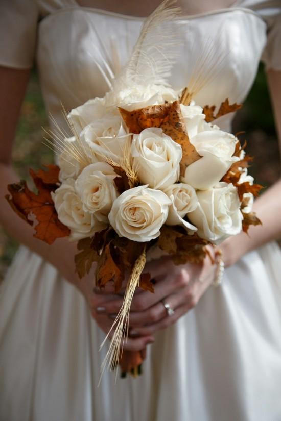weiße rosen herbstlaub feder brautstrauß herbst
