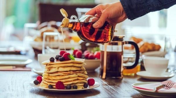 Ahornsirup gesund zum Frühstück amerikanische Pfannkuchen