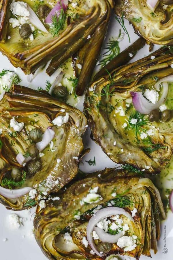Artischocken essen geröstete Artischocken zubereiten nach mediterraner Art