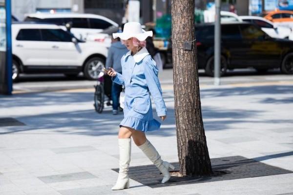 Μπλε φόρεμα - Μόδα δρόμου - μεγάλο καπέλο