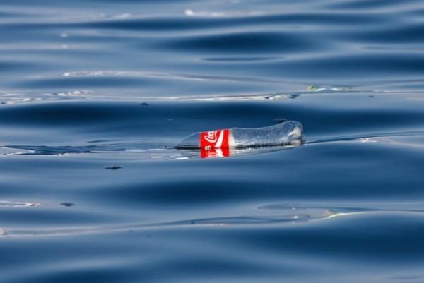 Coca-Cola produziert erste Flasche aus recyceltem Kunststoffabfall cola flasche im ozean