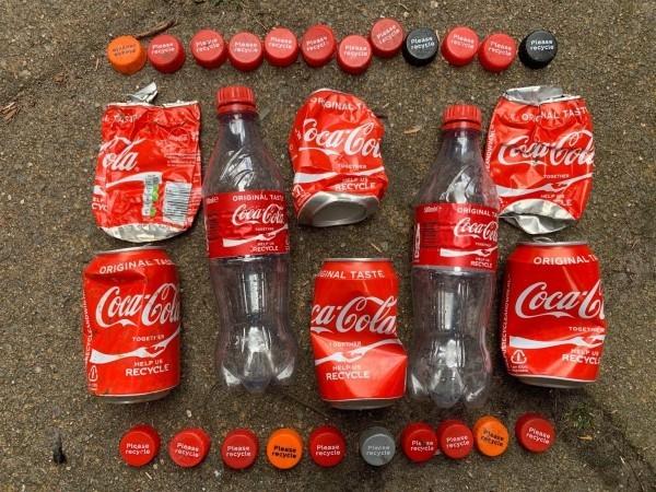 Coca-Cola produziert erste Flasche aus recyceltem Kunststoffabfall wegwerfflaschen und dosen von cola