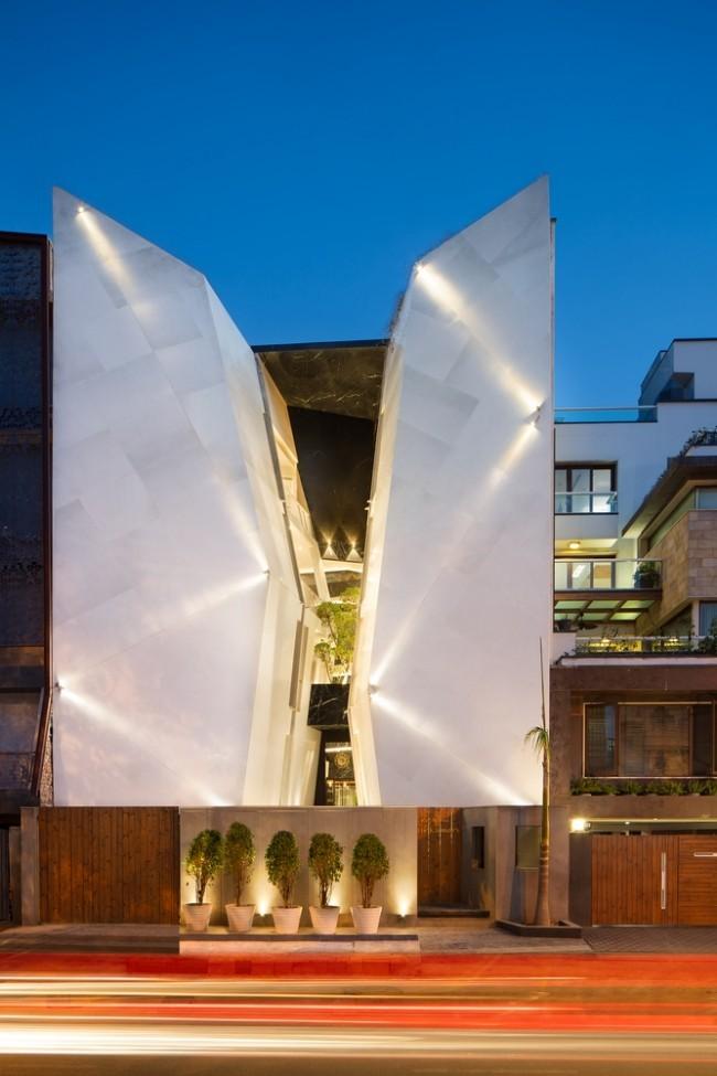 Einzigartiges Hausdesign Cleft House Indien Neu-Delhi die Hausfassade wird durch ein Atrium in zwei Teile gespaltet